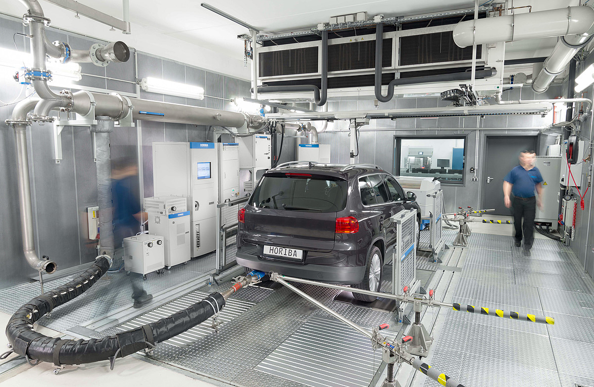 Measuring vehicle emissions on a chassis dynamometer